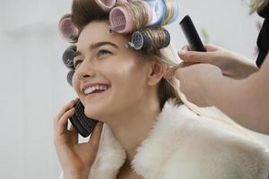 modelo de plantão enquanto o cabelo está enrolado foto