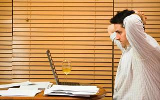 homem frustrado pelas finanças domésticas foto