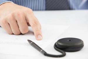 homem de negócios, assinando contrato de finanças com caneta foto
