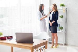 médico explicando o diagnóstico prescrever para o seu conceito de paciente do sexo feminino