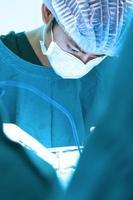 cirurgia veterinária na sala de operação foto