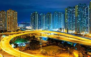 noite de tráfego de trem de estrada movimentada em finanças urbanas foto