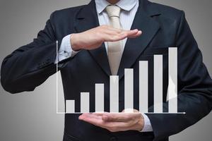 mão de empresário em pé postura segurando gráfico finanças isolado foto