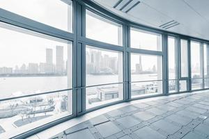 sala de escritório vazio em edifícios de escritórios modernos foto