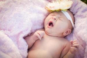 linda menina recém-nascida deitado no cobertor macio foto