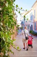 jovem andando por uma rua estreita foto