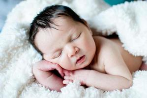 bebê recém-nascido dormindo foto