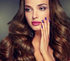 bela jovem modelo com cabelos cacheados e densos. foto