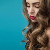 linda garota com cabelo comprido foto