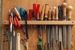 várias ferramentas de trabalho em madeira foto