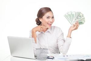 mulher de negócios nos segurar notas de banco na mão foto