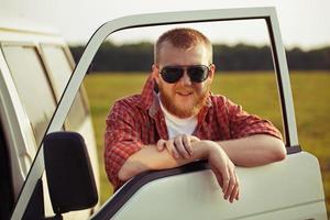 motorista de um caminhão em óculos de sol foto