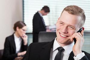 trabalho de escritório e homem com telefone foto