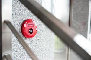 alarme de incêndio perto da porta de incêndio foto
