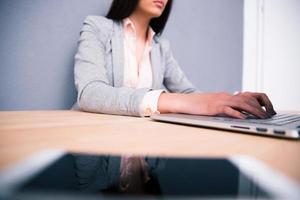 retrato de uma mulher de negócios usando laptop
