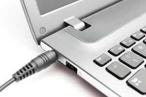 adaptador de tomada conectado ao laptop foto