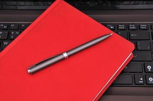 caderno, diário e caneta foto