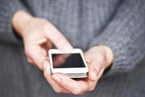 usando um telefone inteligente foto