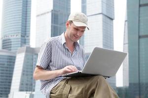 homem com laptop