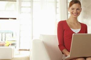 empresária com laptop sentado na cadeira foto