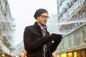 homem urbano me segurando o tablet pc na rua foto
