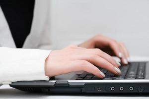 empresária usando laptop foto