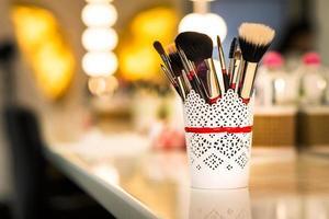 pincéis para maquiagem em cima da mesa