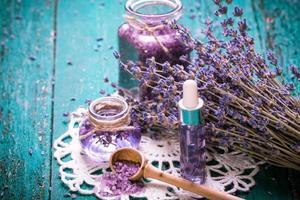 flor de lavanda, óleo, sal, conceito de beleza spa. fundo antigo de madeira. foto