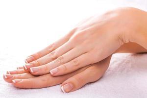 bela manicure na toalha branca foto
