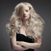 linda mulher loira. cabelo comprido encaracolado foto