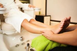 massagem nos pés durante o tratamento de spa. foto