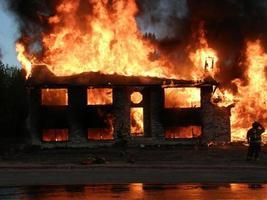 incêndio em casa com bombeiro foto