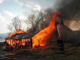 Casa em chamas foto