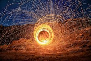 fotografia de lã de aço girando fogo círculos vermelhos 4 foto