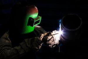 tubo de qualificação de soldador com soldagem a arco de metal de proteção foto