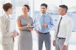 funcionários tendo uma reunião de negócios foto