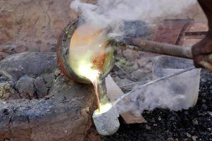o trabalho de bronze no burkina faso foto