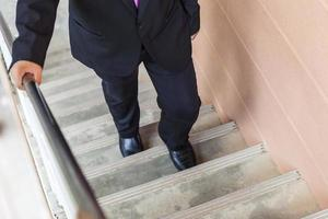 empresário subir escada, promovido, conquista