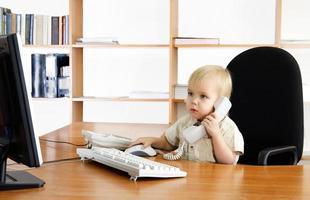 menino pequeno no escritório foto