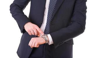 empresário, apontando para o relógio de pulso.