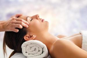 mulher tendo relaxante massagem facial. foto