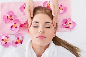 jovem mulher recebendo massagem foto
