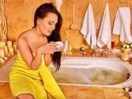 mulher aplicar hidratante foto