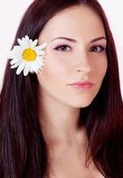 mulher com flor no cabelo foto