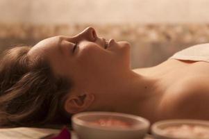 mulher bonita relaxante spa. foto