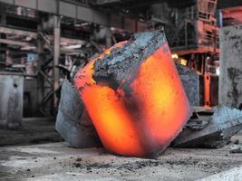 lingote de aço na área de trabalho foto