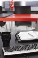 local de trabalho com teclado e organizador pessoal foto
