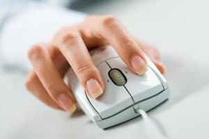 mão no mouse foto