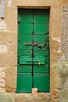 porta de madeira velha na Toscana foto