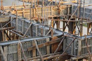 estrutura de derramamento de cimento na casa da construção